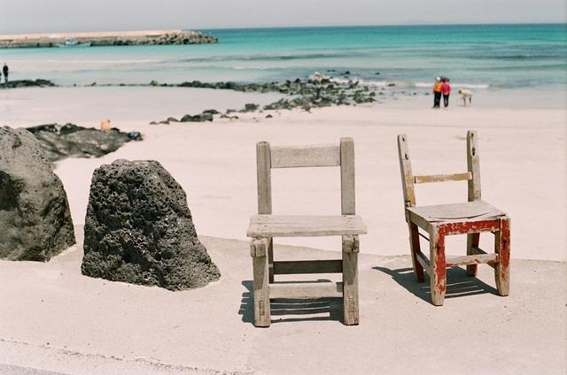 ビーチと古びた椅子