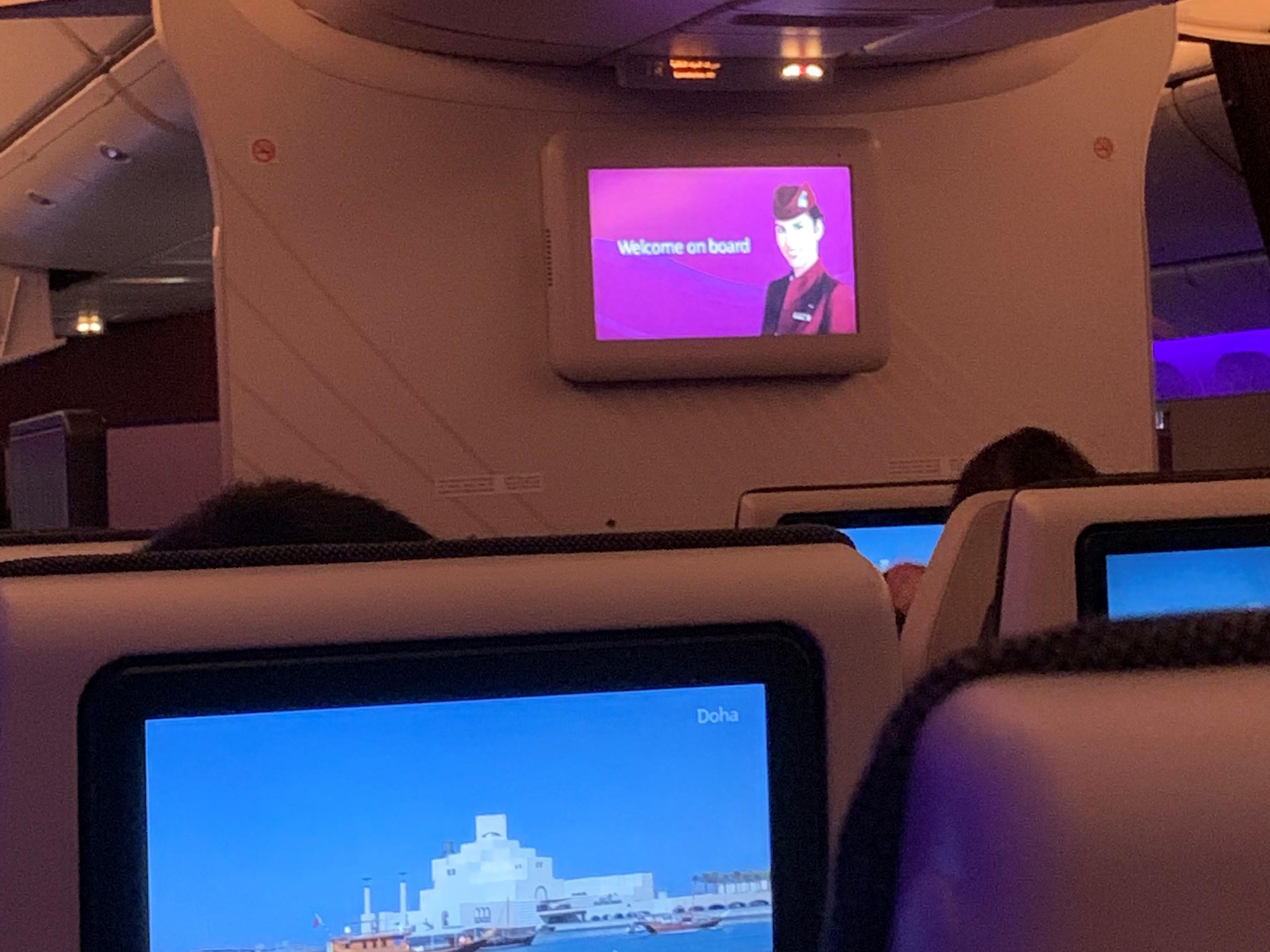 機内の画面に映る客室乗務員
