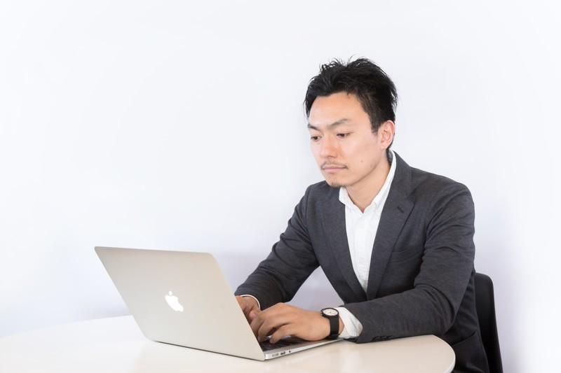パソコンを使う男性の写真