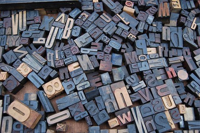 木彫りのアルファベット