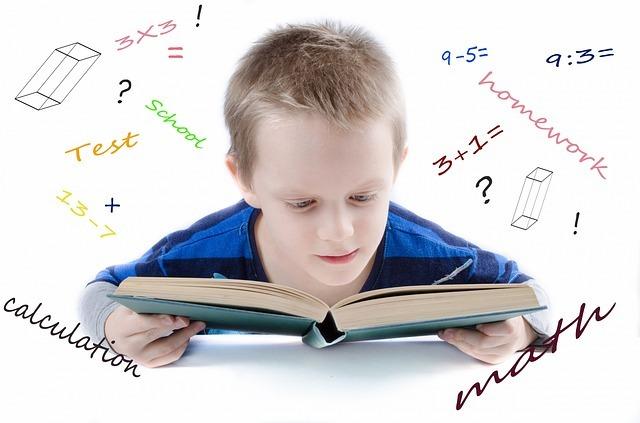 男の子が算数の教科書を読んでいる