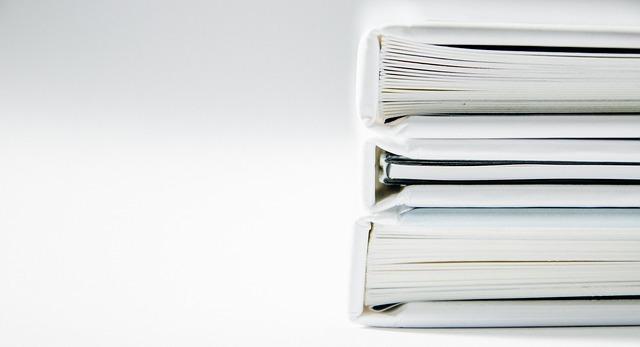 表紙の白い本が3冊積み重ねられている写真
