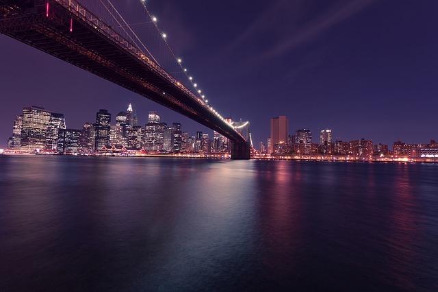 夜の街を橋の下から撮った写真