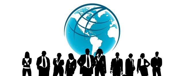 地球の前で10人の会社員が立っている絵です。
