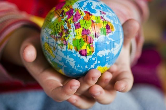 手に地球儀を持っている写真です。