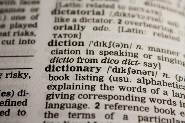 英英辞典のdictinaryの部分をクローズアップした写真。