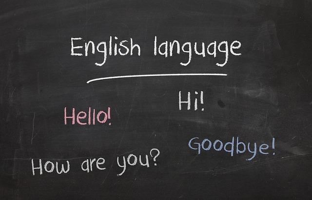 黒板に英語の挨拶が書かれた写真