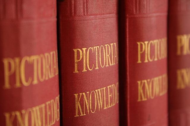 赤い背表紙の英語の本が並んでいる写真
