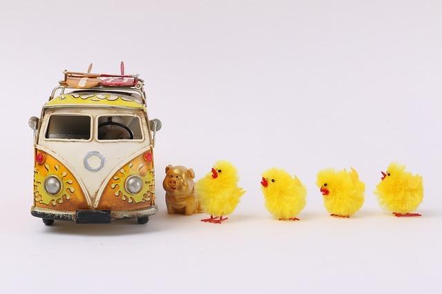 ひよこと豚の人形、おもちゃの車