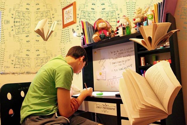 男性が机で勉強している画像
