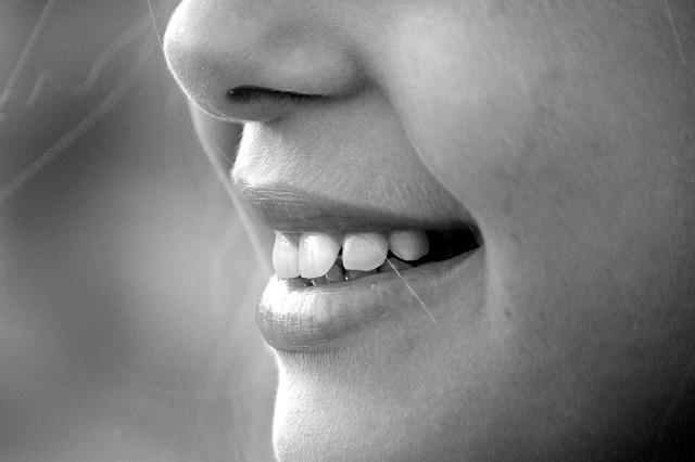 女性の口元の写真