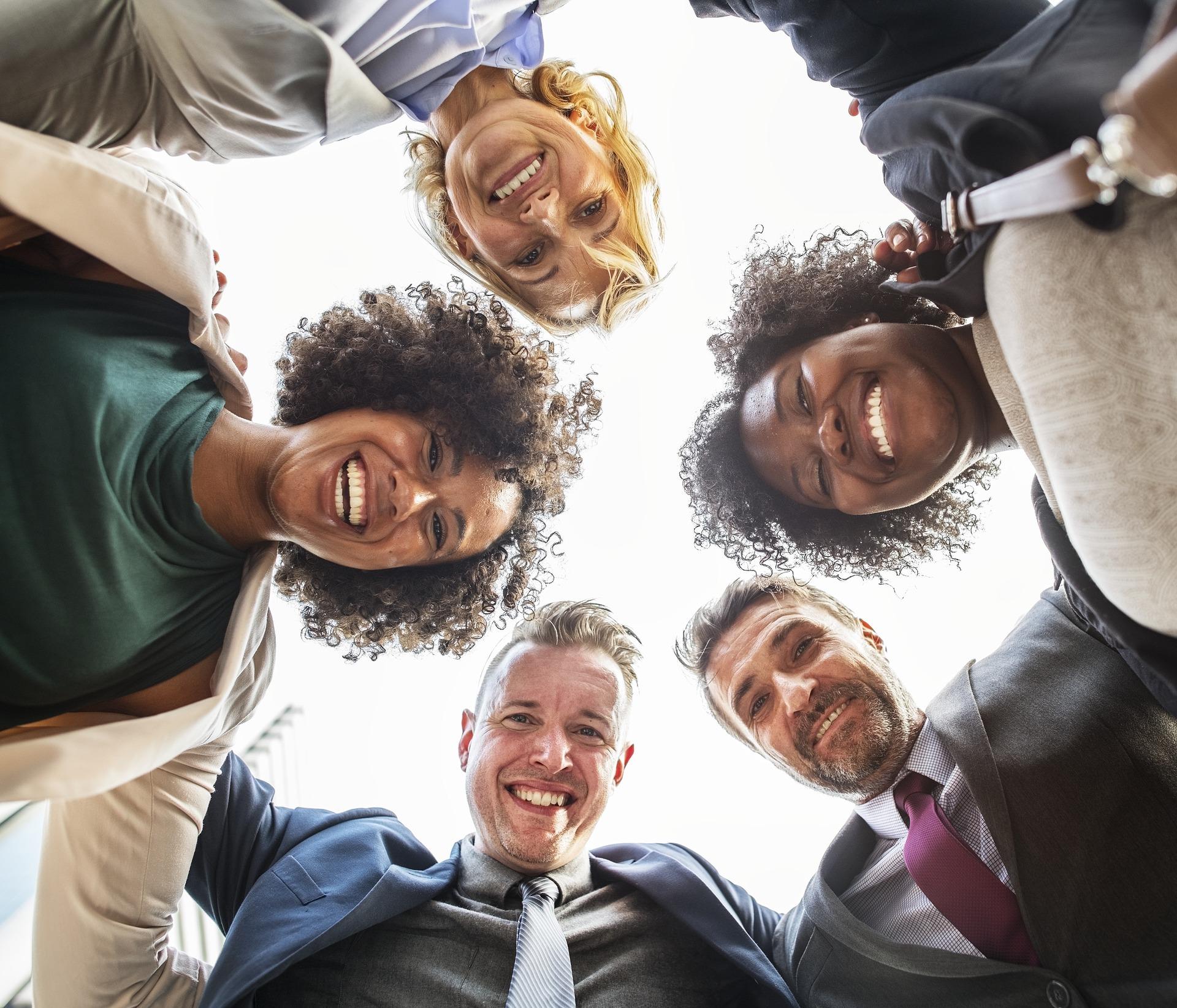 アメリカ人の同僚が集まって笑顔を見せる写真