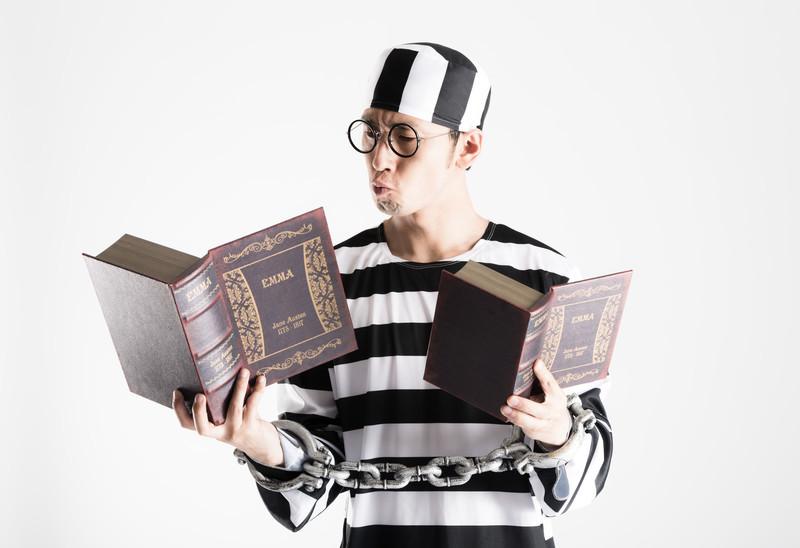 辞書を読む男性