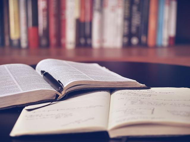 英語の本とノート、ペン