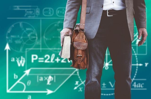 数式が書いてあるボードとカバンを持っている人
