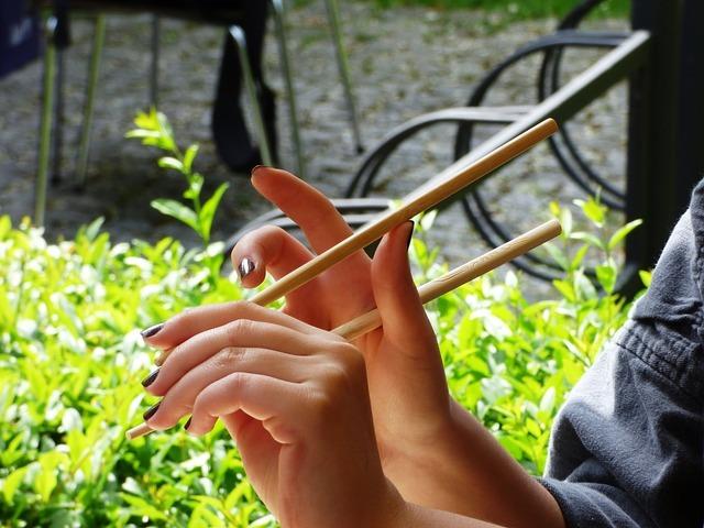 箸を持つ女性の手