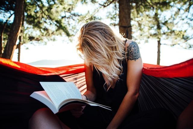 英語の本を読んでいる女性