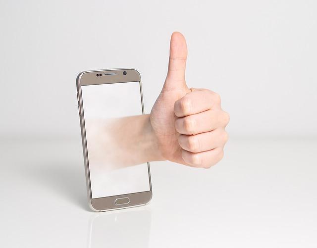 スマートフォンと手(グッドポーズ)