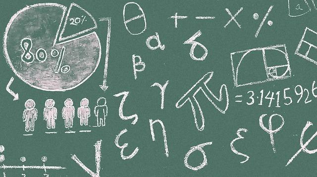 黒板に数字やアルファベットが書いてある