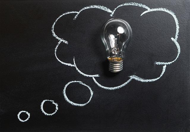 黒板の上に電球を置いてひらめきを表している