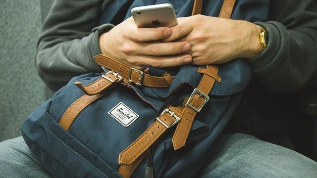 男性がスマートフォンを使っている画像