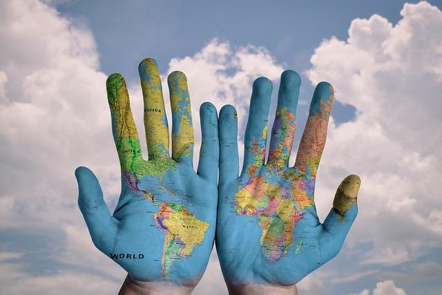 掌に描かれた世界地図