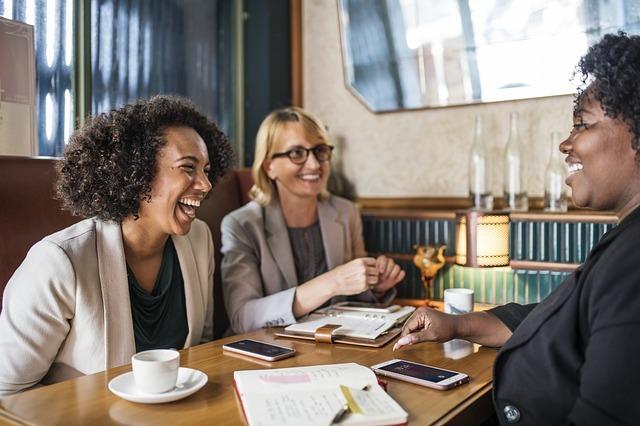 3人の女性が談笑している写真