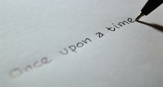 単語を紙に書いている