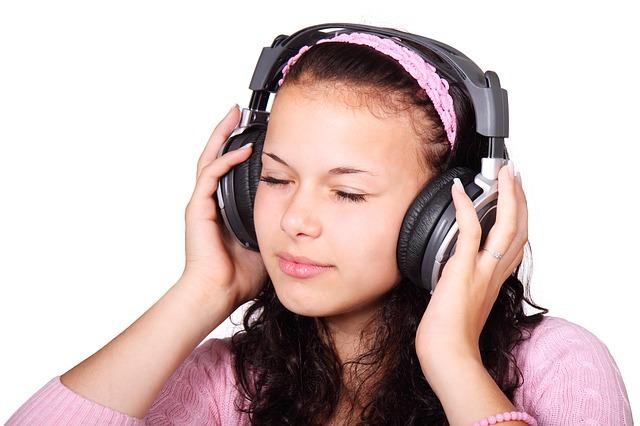 ヘッドフォンで何かを聴く女性