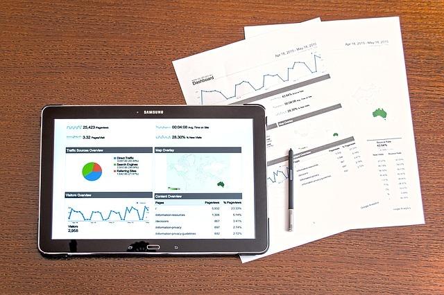 タブレット画面とレポート用紙2枚とペンの写真