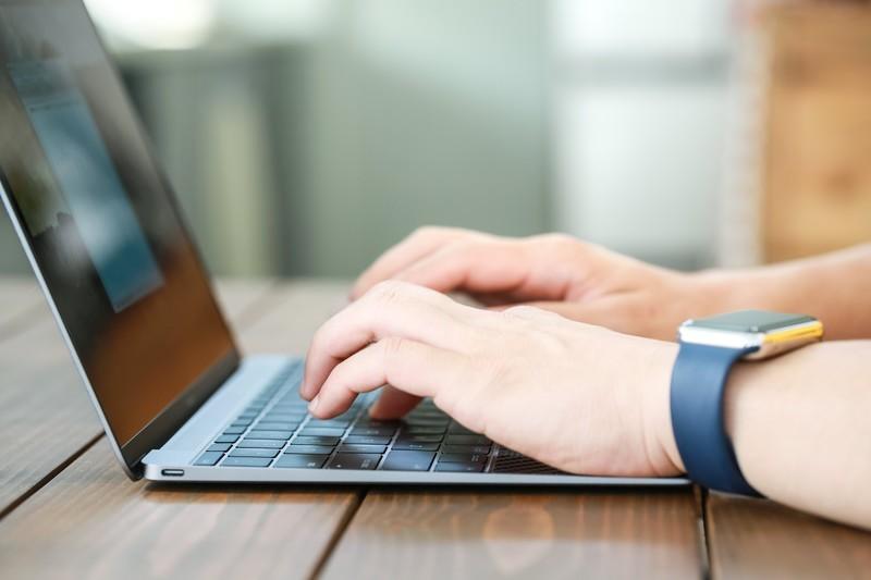 パソコンに何かを打ち込む男性