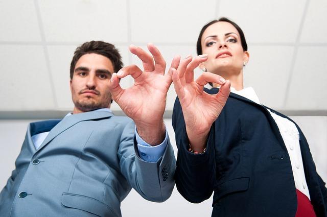 外人の男性と女性がオッケーマークをしている