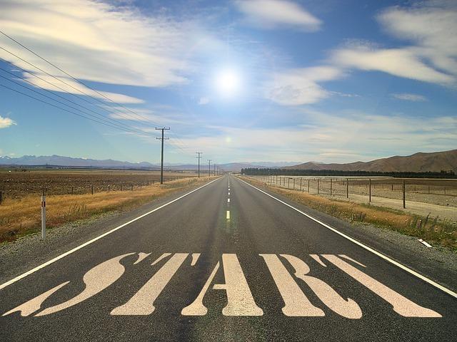 道路に「START」と書かれている
