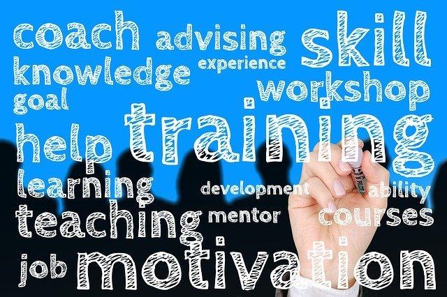 「コーチ」「トレーニング」などの英語が書かれている