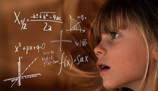 少女が方程式を見ている