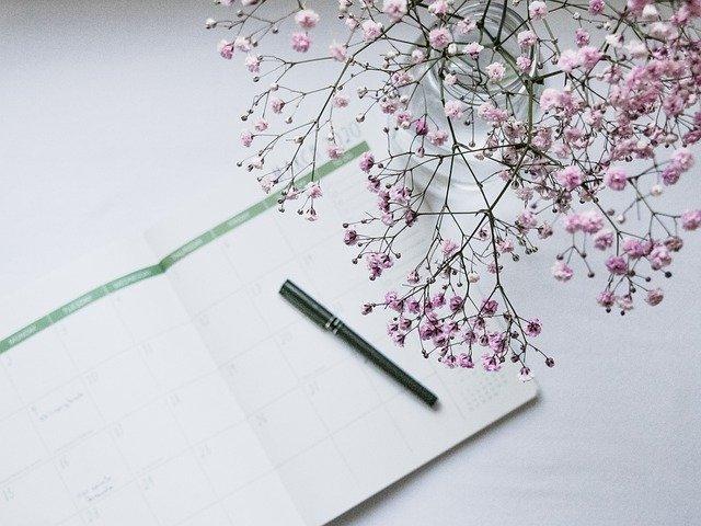 ノートとペンと花