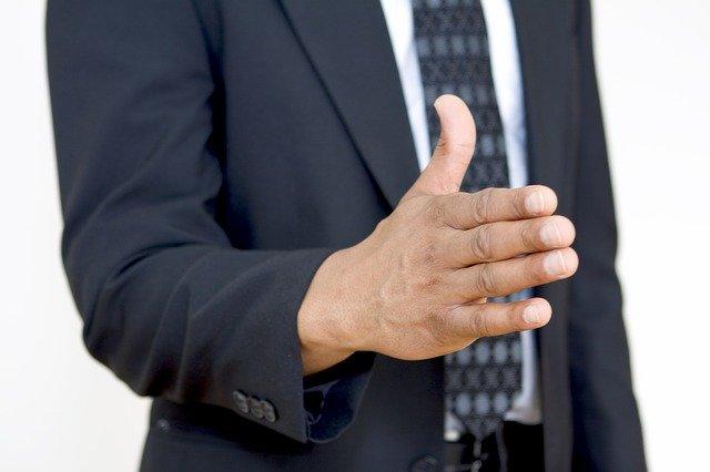 男性が握手をしようと手を差し出している