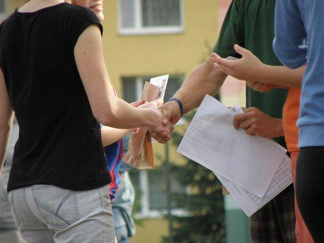 男女が握手をしている