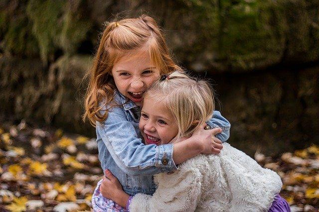 抱き合う女児