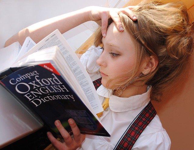 辞書を見る女の子