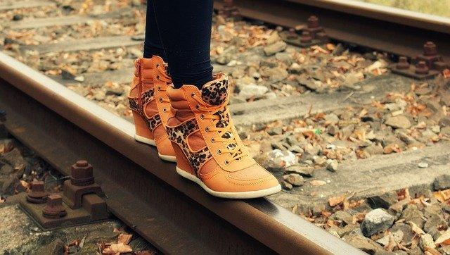 線路の上を歩く人