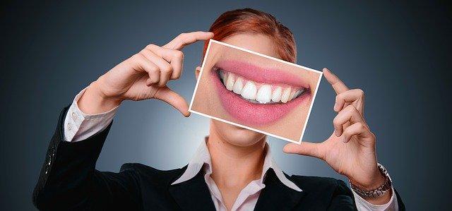 口の写真を持つ人
