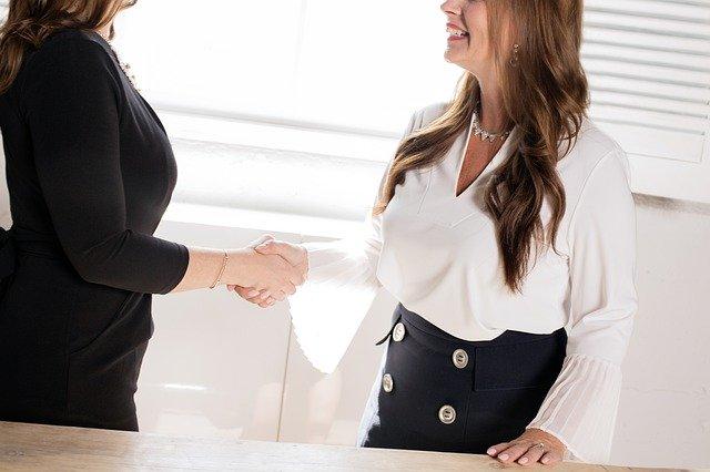 2人の女性が握手をしている
