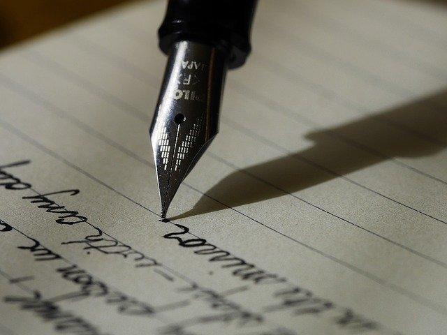 紙に万年筆で字を書いている