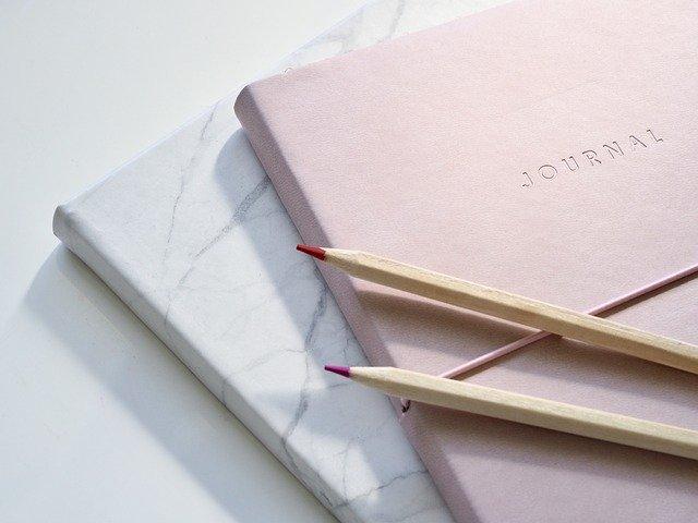 ノートと2本の鉛筆