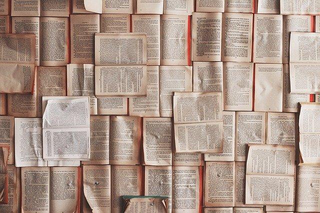 たくさんの開かれた本