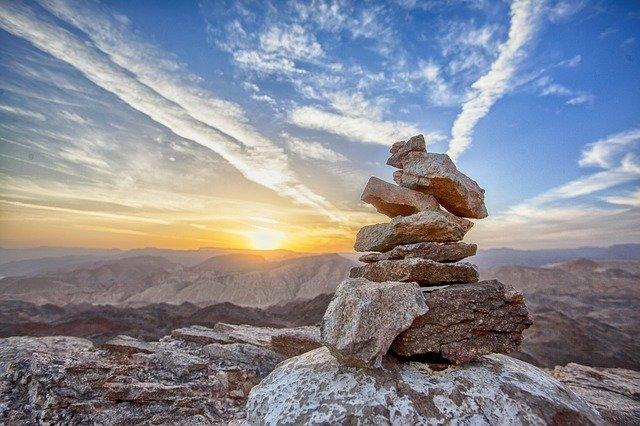 山頂に積まれた石と空