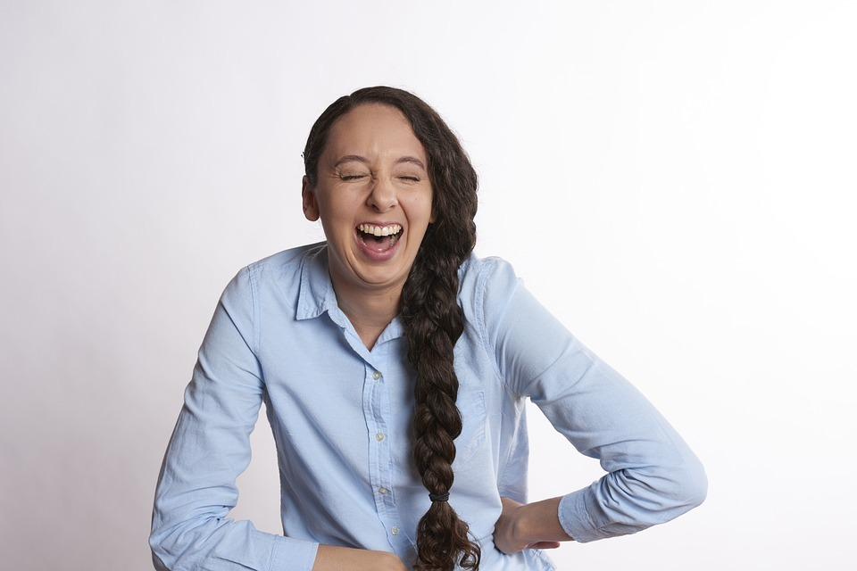 英語で「面白い」を表す単語やスラング|「めっちゃ面白い」「笑える」など
