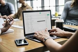 英語ビジネスメールの書き方|書き出しの挨拶など英文メールの定型文も紹介!
