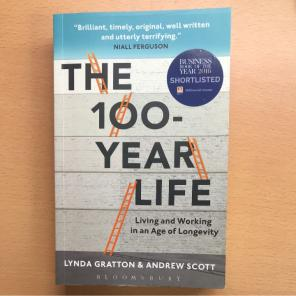 机の上のThe100-YearLife:LivingandWorkinginanAgeofLongevity